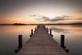 Fototapeta Most - Holzsteg am See zum Sonnenaufgang, ein Sommermorgen