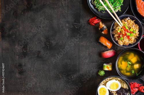 sushi-i-japonskie-jedzenie-na-ciemnym-backgrou