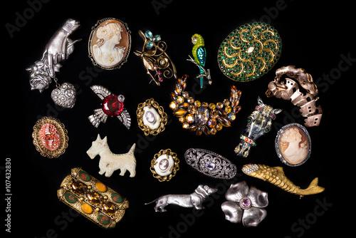 Plakat Kolekcja biżuterii antyczne i zabytkowe samodzielnie na czarnym tle