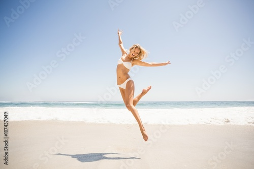 Fotografia  Woman jumping on the beach
