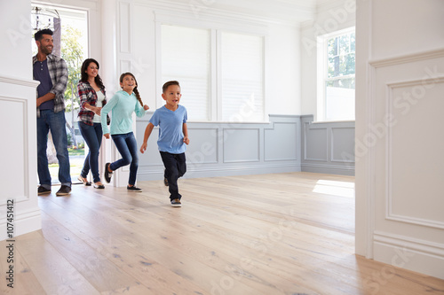 Fotografie, Obraz  Hispanic Family Viewing Potential New Home