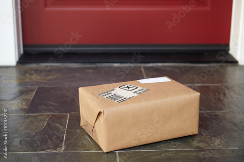 Stampa su Tela  Close Up Of Parcel Delivery Outside Front Door