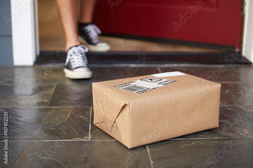 Fotografie, Obraz  Zavřete muže Sbírání Parcel Delivery venkovních dveří