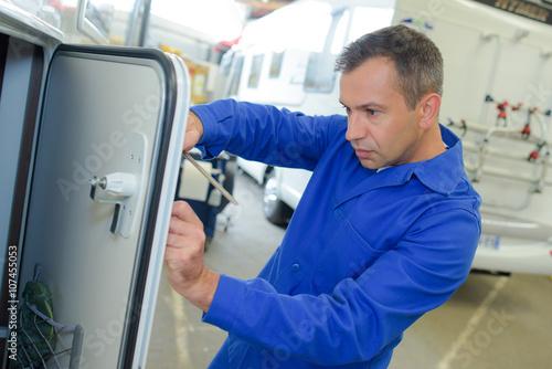 Fotografia Mechanic working on camper van