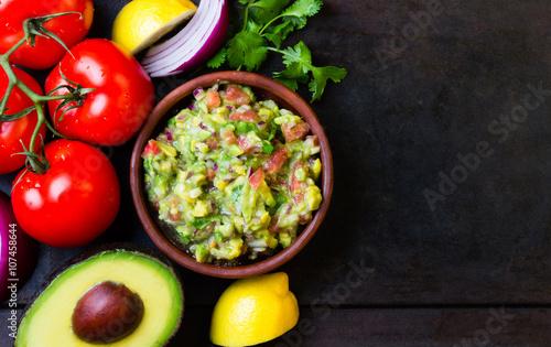 Pinturas sobre lienzo  Mexican Latin American sauce guacamole and ingredients - avocado, tomatoes, onio