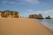 traumhafte Urlaubsstimmung an den farbenfrohen Stränden der Algarve, Portugal