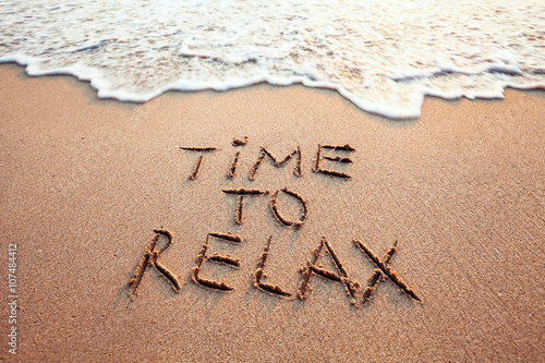 La pose en embrasure Detente time to relax, concept written on sandy beach