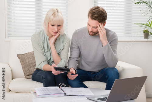 Fotomural Unhappy Couple Calculating Bills
