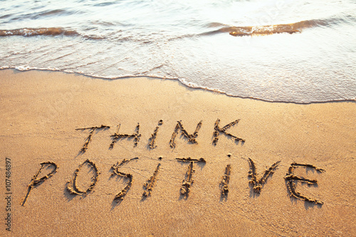Fotografía  think positive, concept written on the sand