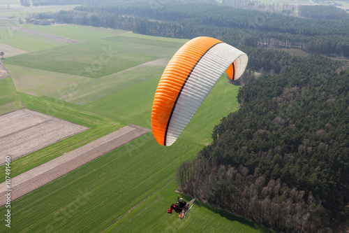 In de dag Luchtsport aerial view of paramotor flying over the fields i