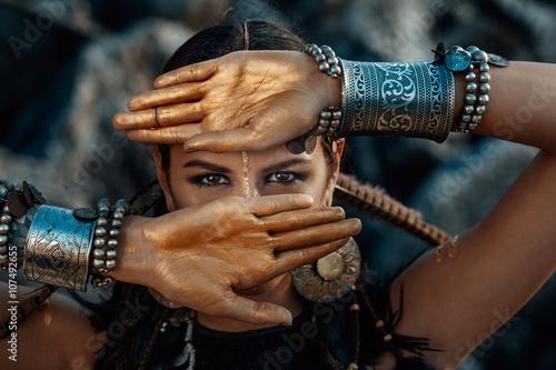 Foto  Stammes- Frau posiert im Freien