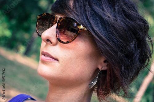 19292afae5 Ritratto di giovane donna di profilo dai capelli corti, con occhiali ...
