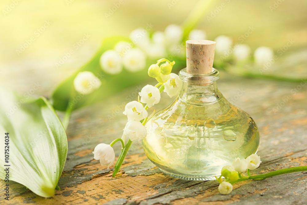 Fototapety, obrazy: Maiglöckchen - Ätherisches Öl - Flasche und Blüten auf Holz