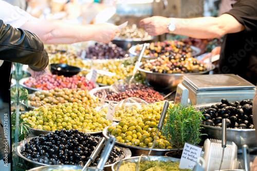 Recess Fitting Appetizer Marktstand mit frischen Antipasti Oliven