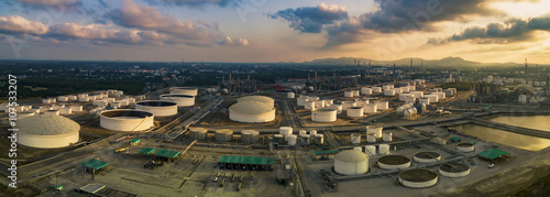 Photo  aerial view panorama view of oil refinery storage tank in heavy