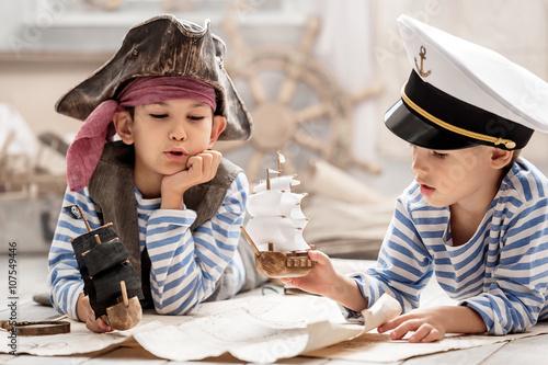 Plakat Chłopcy grają w morskiej bitwie