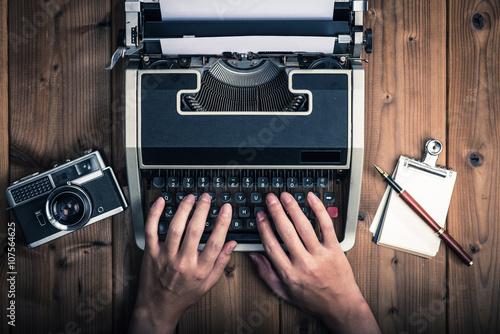 Obraz na plátně タイプライターを操作する男性,古いフィルムカメラ,上から撮影