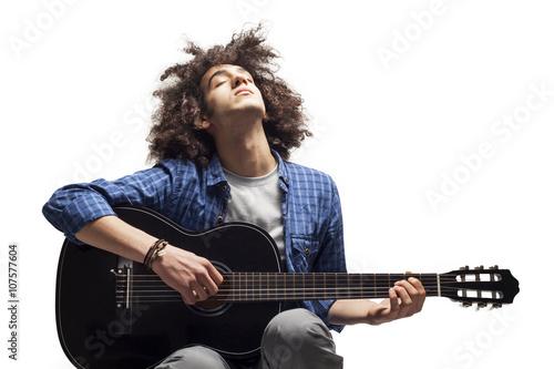 Plakat Młody człowiek gra na gitarze
