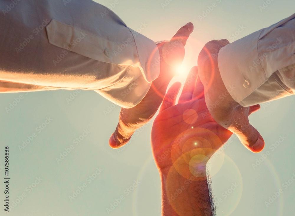 Fototapeta high five in der sonne. bereit für die herausforderung, we can do it! einer für alle, aller für einen.