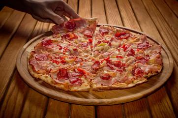 Wysoki kąt widzenia świeżo pieczonej pizzy na drewnianym stole