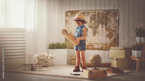 Obraz na płótnie Podróż koncepcyjna. dziewczynka w domu marzy o podróży i touris