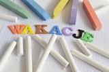 kreda i kolorowy napis wakacje