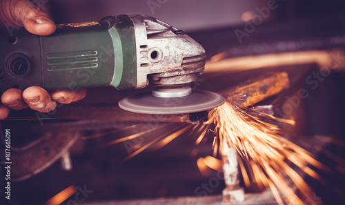 Foto master of welding seams angle grinder