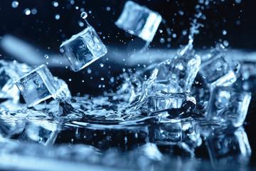 kostki lodu z pluskiem wody