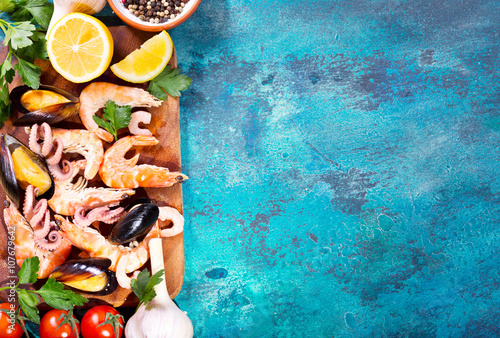 Photo  seafood with fresh vegetables on blue background