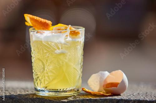 Carta da parati whiskey sour in the sunlight.