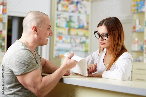 Fotografía  Cliente enojado en una farmacia