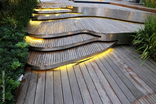 schody drewniane deski na zewnątrz