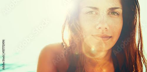 Plakat Twarz młoda kobieta w lata słońcu