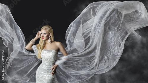 Obraz na płótnie Moda model sukni, kobieta przepływające tkaniny skrzydła, piękna dziewczyna