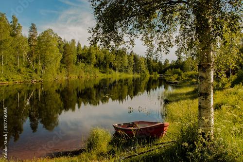 Sommermorgen an einem See in Schweden - warme Farbe