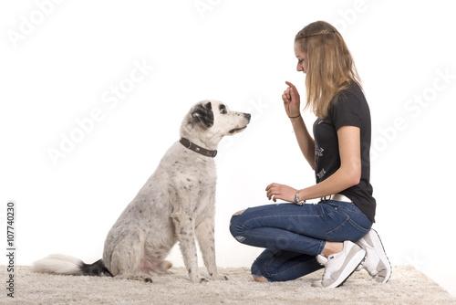 Fotografía  Junges Mädchen gibt ein Hund ihrem Kommando- freigestellt