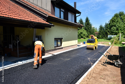 Photo Team of Workers making and constructing asphalt road constructio