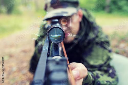 Fotografía  Cerca de soldado o un francotirador con el arma en bosque