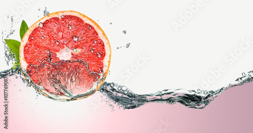 Photo Grapefruit on a background of splashing water.
