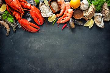 Skorupiaki talerz owoców morza skorupiaków ze świeżych homarów, małże, ostrygi jako tło dla smakoszy obiad oceanu