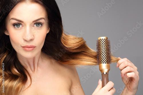 Plakat Okrągła szczotka,unoszenie włosów u nasady. Długie zdrowe i lśniące włosy, długie kobiece włosy.
