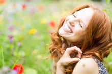 Schöne Lachende Frau In Der B...