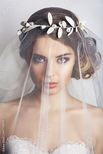 Fotografía Beautiful bride with fashion wedding hairstyle - on white background