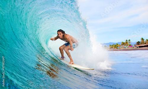 Foto  Surfer in einer Tube