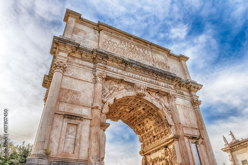 Photo The iconic Arch of Titus in the Roman Forum, Rome