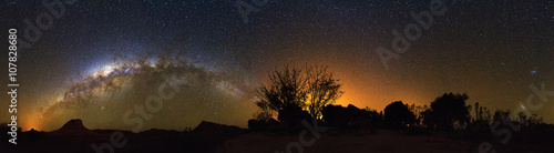 Fotografia  Extraordinary 360 degree nightscape panorama with the milky way seen from Isalo,