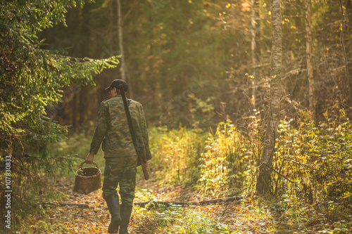 Fotografie, Obraz  man gathering mushrooms in the woods