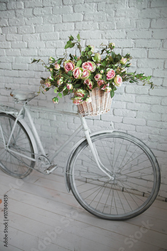 Foto op Plexiglas Old bicycle and flowers close to the white brick wall