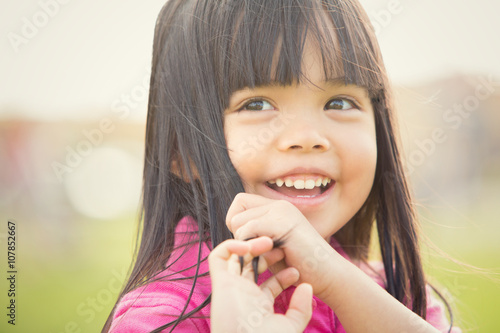 Fotografia  happy asian smiling child play in a garden