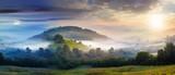 tajemnicza mgła na zboczu wzgórza na wsi - 107870041